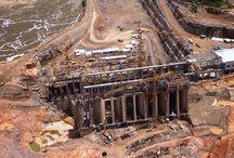 """Elektrownia wodna Teles Pires w Brazylii / Elektrownia Teles Pires stanowi część rządowego programu rozbudowy infrastruktury energetycznej Brazylii. Firma """"ULMA Brasil -Fôrmas e Escoramentos Ltda."""" opracowała i dostarczyła rozwiązanie umożliwiające bezpieczne przesuwanie konstrukcji wsporczej deskowań wykonanej z wież T-60 bez konieczności ich demontażu. Wózki do przetaczania wież wykonane na bazie systemu MK zostały zastosowane do wykonania  stropów maszynowni."""