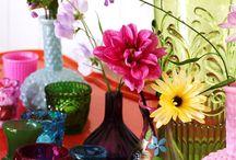 Vidrinhos, flores e delicadezas / Uma das mais graciosas maneiras de se usar flores na decoração  é em vidrinhos que já serviram de recipientes para outros usos: medicamentos, miniaturas de bebidas, pimentas e molhos, e por aí vai. Podem ser transparentes, coloridos, pintados ou misturados. Veja mais no link: http://umbrinco.com/blog/2013/10/18/vidrinhos-flores-e-delicadezas/