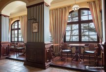 """Łeba - Pałac """"Zamek Neptun"""" / Pałac w Łebie zwany """"Zamkiem Neptuna"""" wybudowany został jako Dom Kuracyjny w 1906 roku przez barona Herberta von Massowa. W okresie międzywojennym był centrum życia towarzyskiego wakacyjnej Łeby. Jednym z gości był kanclerz Austrii Engelbert Dollfuss. Po zakończeniu drugiej wojny światowej i upaństwowieniu budynek pełnił kolejno funkcję: Profilaktycznego Domu Zdrowia, ośrodka Funduszu Wczasów Pracowniczych, a od lat 80-tych ubiegłego stulecia obiektu hotelowego."""
