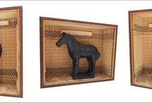 Warriors and Horses - Museum of the TERRA-COTTA / Quadros com 20 L x 15,5 H  x 6,5 P  Em MDF empastado com lãmina de Embuia e prersilhas frontais para fixação do vidro. Conjunto de 3 unidades