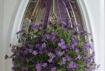 živé i úmělé květiny na dveře