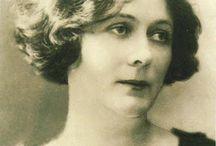 Isadora Duncan - L'expressió de la llibertat / Avui us proposo conèixer una ballarina singular, una dona que va irrompre en el panorama de la dansa com un remolí d'aire fresc i ho va canviar tot: Isadora Duncan (San Francisco, 1877 - Niça, 1927).