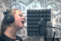 Дочка поёт песню