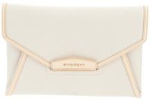 Envelope Clutch is fashion! / Grande e fashion, la borsa busta è il must dell'estate 2013.