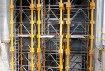 Elektrownia Tanjung Bin w Malezji / W ramach budowy elektrowni Tanjung Bin ULMA dostarczyła deskowania do realizacji platformy nad turbiną generatora o powierzchni 800 m2 i grubości 3,5-4 m. Zwykle takie elementy buduje się najpierw a następnie montuje się turbinę i kondensator, jednak w tym przypadku było odwrotnie, co uniemożliwiło zastosowanie wież do podparcia deskowania całej wykonywanej platformy.