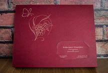 Our products - I nostri prodotti - Nasze produkty. www.dex-druk.pl / Papierowe skóropodobne pudełka na zdjęcia 15 x 21 cm (do samodzielnego złożenia) Kolor: granat lub bordo, z nacięciem na wizytówkę cena: 2,5 zł za pudełko z nacięciem (zamówienia już od 1 szt.) cena: 3 zł za pudełko z własnym logo lub ozdobnikiem (wygrawerowanym) - minimum zamówienia to 10 szt. Robimy również wizytówki grawerowane w papierze pasujące to pudełka. info@dex-druk.pl www.dex-druk.pl http://www.drukimedyczne.pl/
