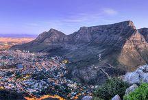 Sudafrica e Namibia / Immergersi nella natura autentica della savana e cogliere attimi di puro incanto. Lasciarsi ammaliare dalle dune rosse che si susseguono silenziose. Scoprire scenari unici e città dinamiche. Non ci sono limiti allo splendore del Sudafrica e della Namibia.