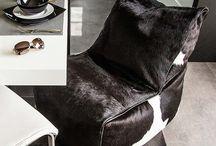 Fotel Solid Premium / pufy.pl/premium/243-fotel-solid-premium.html  Minimalistyczna forma połączona z naturalnymi skórami tworzy unikatowy wzór fotela. Prosta bryła o wydłużonym siedzisku i lekkim odchyleniu oparcia gwarantują wygodną i naturalną pozycję siedzenia. Dodatkowo estetykę mebla podnosi łączenie różnych rodzajów materiałów obiciowych. Wysokość fotela dopasowana jest do współczesnych salonów.