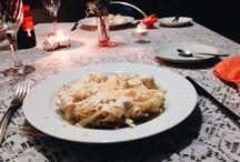 Jantar romântico / Decoração feita para um casal de amigos.  A escolha das cores saíram do vermelho tradicional para cores que mostram bem as suas identidades. #decoração #diadosnamorados #namorados #jantar #velas #mesa