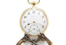 Com Estojo Original, L. Leroy & Cie, Horloger de La Marine, em Ouro 18k, ca.1920. / Excelente peça de relojoaria Francesa, com assinatura de renome e estojo original.Trata-se de um relógio em ouro 18k, com 4,5 cm de diâmetro, assinado e numerado L. Leroy relojoeiros da Marinha, 7 B. de la Madeleine, Paris. A caixa em ouro 18k, está em excelente estado.Caixa devidamente numerada e assinada. Excelente máquina, em excelente estado de conservação, assinada L. Leroy & Cie.A trabalhar muito bem, totalmente limpo e revisto pelo nosso relojoeiro,garantia de um ano.