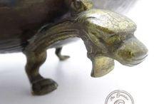 Anciens objets en métal. / Broc en étain, sceau à charbon hollandais, jardinière en laiton et porcelaine, cruche en cuivre.