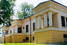 Małków - Pałac / Pałac w Małkowie zbudowany ok. 1825 r. dla Pawła Biernackiego. Budowniczym pałacu był Fryderyk Albert Lessel. Pod koniec XIX w. pałac przeszedł w ręce rodziny Pstrokońskich, którzy byli właścicielami do 1939 roku. Obecnie pałac stanowi własność prywatną i funkcjonuje jako centrum kulturalno - konferencyjne.