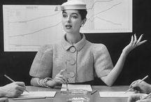 Cómo ha cambiado la ropa de trabajo para mujeres en el siglo XX / Desde las hombreras hasta los trajes de dos piezas, las mujeres han vestido piezas insignia para el trabajo
