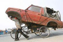 overloaded auto& fiets& motor trein en mens