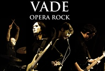 VADE Il Complesso  / VADE  si compone di quattro elementi: due chitarristi, un bassista e un batterista. I VADE si esibiscono nel più assoluto anonimato indossando delle maschere. I musicisti che compongono i VADE si identificano completamente con la musica che eseguono  incarnando dei personaggi la cui esistenza è limitata esclusivamente alla durata dello spettacolo .  Lo stile musicale dei VADE si basa su un Rock neo lirico  che combina elementi di metal, progressive, classica, pop, folk e new age.