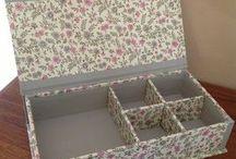 Cajas de cartón y tela