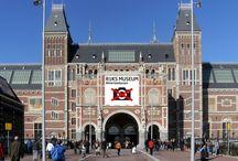 #Hierteekenen / We kijken tegenwoordig snel, vluchtig, oppervlakkig. We zijn snel afgeleid. Het zou mooi zijn als we ietsje beter kijken. Misschien moeten we wel leren kijken. En het leuke is: dat kan. Het is heel simpel en iedereen kan het: tekenen! Daarom voert het Rijksmuseum campagne: #hierteekenen.