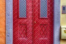 """Portes Privés """" Ouverture sur le Monde """" / Des portes décorées qui s'ouvrent sur la vie local des pays."""
