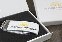 Pack Elite. Memorias USB de cuero / Nuestro pack Elite que consta de  una memoria USB de cuerdo serigrafiada, junto a su caja personalizada. El pendrive más elegante para fotógrafos.  Conoce todos nuestros modelos de memorias usb personalizadas en: http://pendrivesparafotografos.com