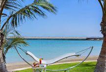 Abu Dhabi, Abu Dzabi, UAE / Az Arab Emirátusok az ellentétek világa. Abu Dhabi olyan szórakoztató központtal is várja turistákat, mint a Yas- sziget. Egyszerre, kis területen találják meg a pompás strandokat, elegáns szállodákat, vizi vidámparkot, a különleges, egyedülálló Ferrari élményparkot és elegáns üzleteket. Itt van Abu Dhabi Forma-1-es versenypályája is. Abu Dhabi az Emirátusok főváros nem fél rekord feladatoktól. http://tizi.hu/utjaink/kozel-kelet/abu-dhabi/