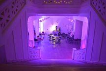 """Wnętrza Teatru / Budynek, wybudowany w 1835r., należy do najstarszych piętrowych domów w Łodzi. W latach 1850-1860 znajdowała się tu szkoła elementarna ewangelicko-katolicka, a od 1910r. niemieckie towarzystwo śpiewacze, dla którego wybudowano salę koncertową. Od 1945r. budynek zajmował wileński teatr """"Lutnia"""", który w 1963r. przeniósł się na ul. Północną, przyjmując nazwę Teatr Muzyczny. Tutaj odbywały się również przeniesione koncerty podczas remontu budynku Filharmonii Łódzkiej."""