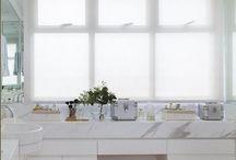 Banheiro escandinavo / A decoração queridinha do momento caiu nas graças dos arquitetos e decoradores nos últimos anos e veio para trazer mais serenidade para os ambientes. Ela é marcada pela cartela de cores frias, e também pela presença do minimalismo e materiais aconchegantes, como a madeira, por exemplo.