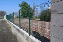 Nylofor 3D light panely v Tomášove / Panelový plot sa inštaloval do debniacich tvárnic, zaliatych betónom. Použili sa stĺpiky s prierezom 40x60 mm a kovové objímky.