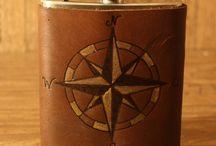 Flachmann mit Ledercover / Größe: 9,5 x 13,5 x 2,5 cm Fassungsvermögen: 200 ml Material: Rostfreier Edelstahl, Spülmaschinen geeignet Cover: 2 mm braunes Rindleder