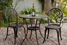 Bistro Sets / Metalen bistroset in verschillende kleuren en uitvoeringen; Of je nu een klein balkon, een terras of een grote tuin hebt, de brocante bistrosetjes staan altijd erg gezellig en geeft de tuin of het terras een romantische Franse sfeer. Bovendien is de metalen bistroset een praktisch Tuinmeubel.