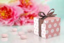 Ślub i wesele / Dzień ślubu jest tym dniem, o którym marzymy całe życie i całe życie wspominamy. Każdy chce, aby jego był wyjątkowy. Żeby nadać tej uroczystości niepowtarzalny klimat i zbudować atmosferę przepełnioną miłością, zainspiruj się naszymi pomysłami na dodatki i dekoracje ślubu i wesela. Niech magie Waszego uczucia odzwierciedla wystrój sali.