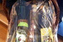Cestas regalo / Cestas regalo compuesta por una cuidada selección de los mejores aceites de oliva virgen extra y los más exclusivos productos gourmet elaborados de manera totalmente artesanal.