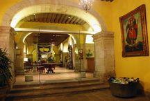 Hotel Los Juaninos / El Hotel Los Juaninos se ubica en el Centro Histórico de la Ciudad de Morelia, Patrimonio de la Humanidad, en la que armoniosamente convive con la espléndida catedral y forma parte del acervo histórico de esta ciudad, labrada en cantera rosa. El edificio fue secularizado en 1857 y así en 1886 siguiendo un estilo romanticista el edificio fue adaptado por el Ing. Guillermo Woddon de Sorinne, como lo que sería el mejor hotel de la época (Oseguera).