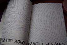 """""""Pisz w kółko jedno słowo"""" / Tablica skupiająca wszystkie nadesłane prace zawierające stronę """"Pisz w kółko jedno słowo"""" :) swoje kreacje ślijcie na maila: kontakt@zniszcztendziennik.pl"""