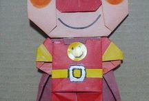 Origamis faciles à faire en classe avec les enfants. / Je vous présente sur ce tableau mes plus belles trouvailles d'origamis à faire à plat. Il s'agit en fait de pliages utilisants le principe de l'origami pour obtenir de charmantes réalisations qu'on peut coller sur un support de papier. Les origamis les plus simples peuvent être faits avec des enfants de maternelle.