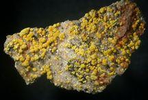 Weeksite 09.AK.30 / SILICATES (Germanates) | Structures de Nésosilicates (tétraèdres isolés les uns des autres) | Néso- & polysilicates d'uranyle ► K2(UO2)2Si6O15•4(H2O)