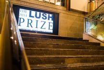 The Lush Prize / The Lush Prize is de grootste internationale prijsuitreiking op het gebied van dierproefvrije alternatieven. Maar liefst 300.000 euro aan prijzengeld werd uitgereikt aan mensen die ervoor strijden het gebruik van dierproeven te stoppen. Meedoen kan binnen de categorieën Wetenschap, Training, Lobby, Maatschappelijke bewustwording en Jonge Onderzoeker.   Meer informatie: http://www.lushprize.org