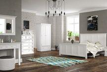 Białe meble z kolekcji Aldea / Białe meble drewniane w stylu prowansalskim z wykończeniami z dębowego drewna.