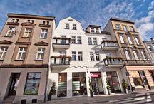 Apartamenty Leszno / Tablica pokazuje gustownie wykończone apartamenty w kamienicy z 1905 roku