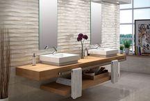Obklady a dlažby / Wall and floor tiles / Obklady jsou tím, co na první pohled udává styl vaší koupelny. Současným trendem jsou přírodní materiály - imitace dřeva, kamene či betonu. Dlažba musí designově i materiálově sedět k vybraným obkladům. Ideálně by pak měla stylově propojovat celou domácnost. Z barev dominují teplé odstíny béžové a hnědé, nebo naopak decentní, luxusní šedá. Nestárnoucí jsou také různé barevné mozaiky.