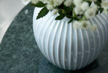 Vakre vaser til spesielle anledninger og hverdagsbruk / Vaser er en flott gave, uansett om det er til en bursdag, et bryllup eller ët jubileum. Du kan benytte en vase til hverdags eller spesielle anledninger. Det finnes alltid en vase til ditt behov, både store statement-vaser og små, diskrete dekorvaser.