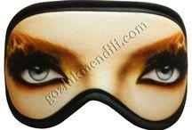 Uyku Bandı, Göz Maskesi, Göz Bandı / Uyku Bandı, Göz Maskesi, Uyku Gözlüğü tasarım baskı ve imalatı.  Üç katlı üretilen göz maskelerinde kullanılan malzemeler, kaliteli regule emtia, insan sağlığına zarar vermeyen eko-teks belgeli baskılardır.  Kişisel Kullanım ve Hediye olarak dağıtılabilecek bu kaliteli ürün için logo arma yazı baskıları yapılmaktadır.  Talepleriniz için müşteri temsilcilerimize ulaşabilirisiniz. Müşteri temsilcilerimiz 90 212 5450110 Saygılarımızla oQQo demspor.