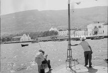 ΖΑΧΑΡΙΑΣ ΣΤΕΛΛΑΣ / Γεννήθηκε στην Αθήνα το 1931. Η μητέρα του Αθηναία και ο πατέρας του Παριανός, από το χωριό Μάρπησσα. Στον βιβλιοδέτη πατέρα του οφείλει τη μεγάλη του αγάπη για το νησί αλλά και το «δέσιμό» του με τα βιβλία. Όταν τελειώνει το γυμνάσιο, διορίζεται αμέσως στην Τράπεζα Πίστεως σε ηλικία 16 ετών. Την πρώτη του φωτογραφική μηχανή την απέκτησε στις αρχές της δεκαετίας του '50. Το 1956 εκλέχτηκε τακτικό μέλος της Ελληνικής Φωτογραφικής Εταιρείας (ΕΦΕ) που είχε μόλις ιδρυθεί.