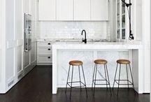 Keuken Voorbeeld / Kookeiland voorzien di kookplat y wasbak. Ey ta scheidt ey woonkamer y ta konsisti di barkruk. Kasten in de vormmodel van shutter.