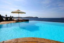 Magnifiques et grandes piscines / Ono living vous présente une partie de sa collection de villas avec piscine en Grèce, pour plus d'informations : www.onoliving.com
