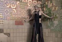 Wall & Deco  tapety In -Out / genialne tapety  do użytku in-out . Bardzo szeroka paleta niepowtarzalnych wzorów. Obecnie wprowadzili model tapety nadającej się na elewacje budynków.