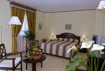 """Hotel Guglielmo II * * * * / Il Guglielmo II è un elegante albergo quattro stelle di Monreale con 27 camere, ideale per soggiorni d'affari o di vacanza, immerso tra gli agrumeti della Conca d'Oro, in posizione ottimale per raggiungere facilmente la vicina città di Palermo e le principali arterie di comunicazione. L'hotel dispone di un Ristorante """"Girevole"""" con vista panoramica sulla città di Palermo, particolarmente adatto ad ogni tipo di cerimonia o cene di affari."""