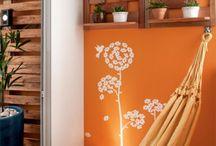 parede com prateleiras de madeiras