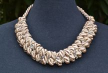 Nudos / Accesorios inspiración barroca, creados a partir de distintos nudos. Complementados con mostacillas y cadenas.