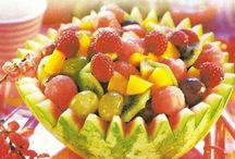 Sałatki owocowe / Świeże, orzeźwiające owoce - latem smakują najbardziej. Zobacz, jakie sałatki możesz z nich przygotować. Ciesz się ich smakiem, szczególnie w upalne dni!