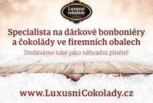 Bonboniery a čokolády ve firemních obalech / - luxusní bonboniery v dárkovém balení - bonboniéry s visačkou, rukávkem nebo návlekem či potištěnou krabičkou s logem Vaší firmy nebo jakýmkoli požadovaným motivem - tabulkové čokolády s firemním potiskem - kvalitní belgická a holandská čokoláda - dodávky na míru pro reklamní agentury - produkty zdravé výživy i BIO kvality - možnost dodávky zboží formou náhradního plnění - unikátní dárky pro Vaše zaměstnance, obchodní partnery a zákazníky